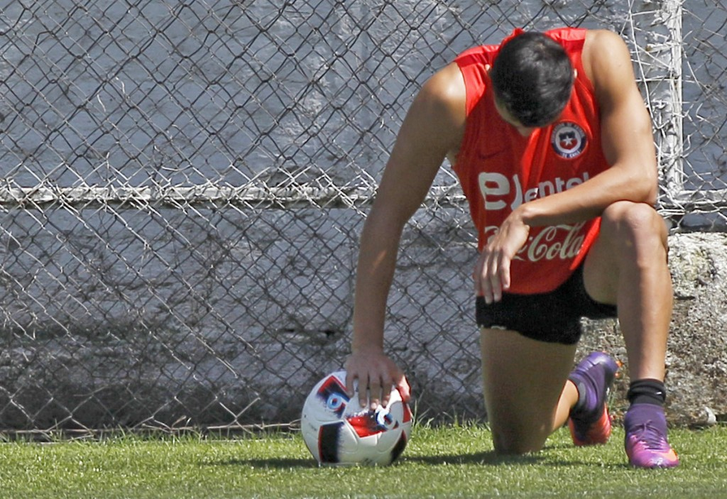 Picture released by Photosport Chile showing Chile's player Alexis Sanchez taking a break in Santiago on November 8, 2016 during a training session ahead of their WC 2018 qualifier against Colombia. / AFP / Photosport Chile / Marcelo HERNANDEZ (Photo credit should read MARCELO HERNANDEZ/AFP/Getty Images)
