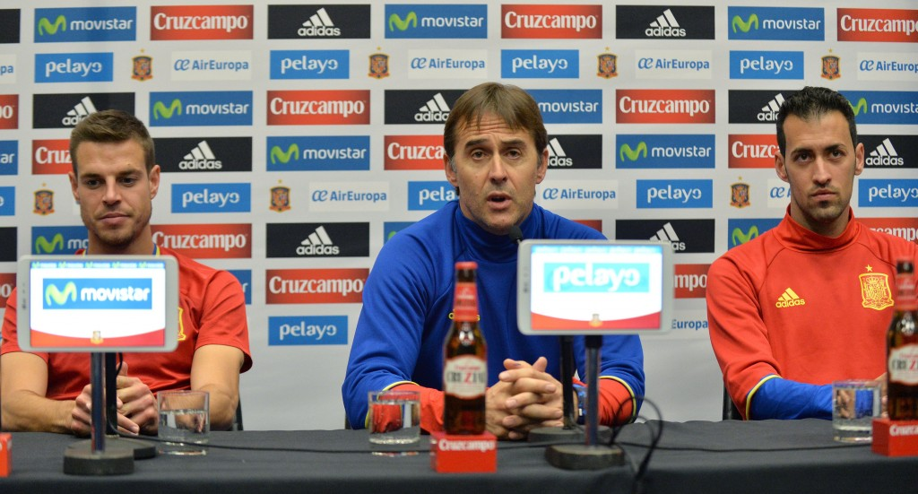 Spain's defender Cesar Azpilicueta (L), Spain's coach Julen Lopetegui (C) and Spain's midfielder Sergio Busquets attend a press conference at Wembley Stadium, north-west London, on November 14, 2016 ahead of their international friendly football match against England on November 15. / AFP / OLLY GREENWOOD / NOT FOR MARKETING OR ADVERTISING USE / RESTRICTED TO EDITORIAL USE (Photo credit should read OLLY GREENWOOD/AFP/Getty Images)