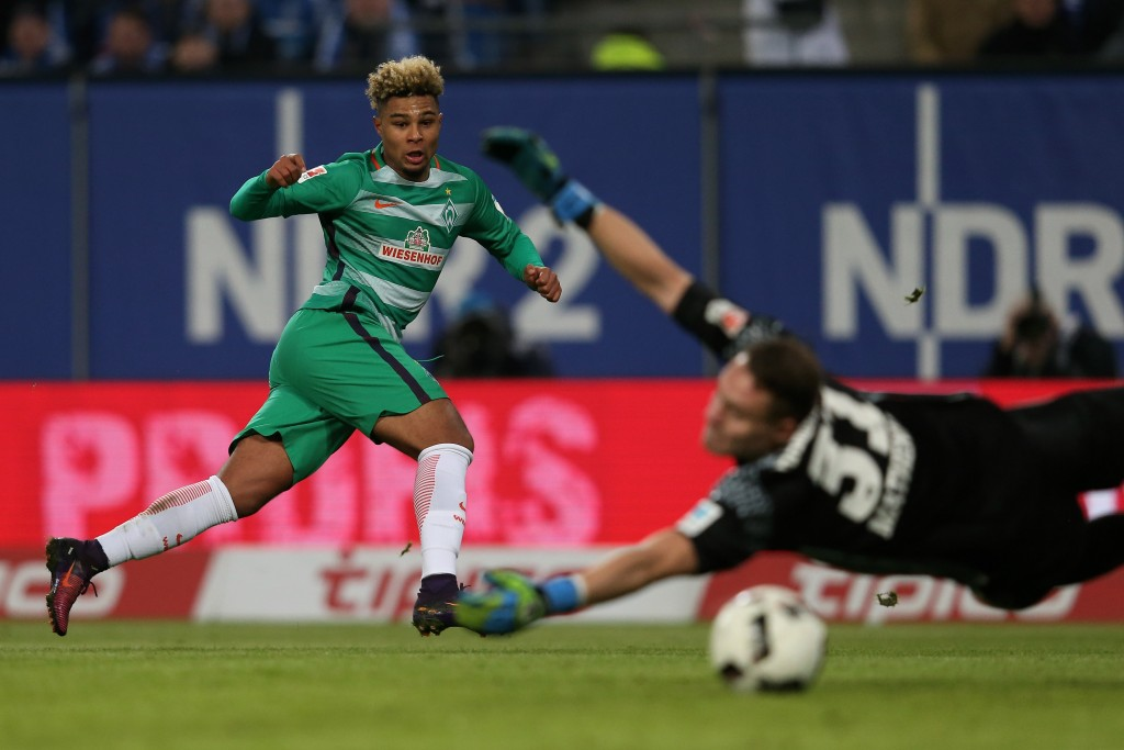 HAMBURG, GERMANY - NOVEMBER 26: Serge Gnabry (L) of Bremen scores his teams second goal during the Bundesliga match between Hamburger SV and Werder Bremen at Volksparkstadion on November 26, 2016 in Hamburg, Germany. (Photo by Joern Pollex/Bongarts/Getty Images)