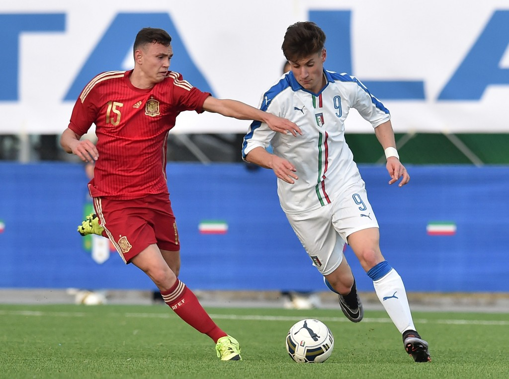 FERENTINO, ITALY - JANUARY 20: Mikel Carro Fandino of Spain and Andrea Pinamonti of Italy in action during the international friendly match between Italy U17 and Spain U17 on January 20, 2016 in Ferentino, Italy. (Photo by Giuseppe Bellini/Getty Images)