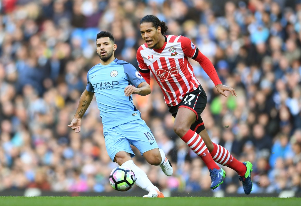 MANCHESTER, ENGLAND - OCTOBER 23: Virgil van Dijk of Southampton closes down Sergio Aguero of Manchester City during the Premier League match between Manchester City and Southampton at Etihad Stadium on October 23, 2016 in Manchester, England. (Photo by Laurence Griffiths/Getty Images)