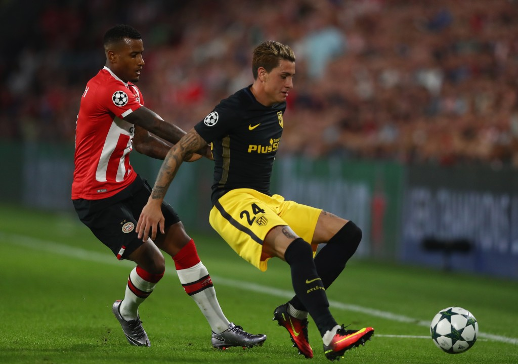 EINDHOVEN, NETHERLANDS - SEPTEMBER 13: José Gimenez of Atletico Madrid holds of Luciano Narsingh of PSV Eindhoven during the UEFA Champions League Group D match between PSV Eindhoven and Club Atletico de Madrid at Philips Stadion on September 13, 2016 in Eindhoven, Netherlands . (Photo by Dean Mouhtaropoulos/Getty Images)
