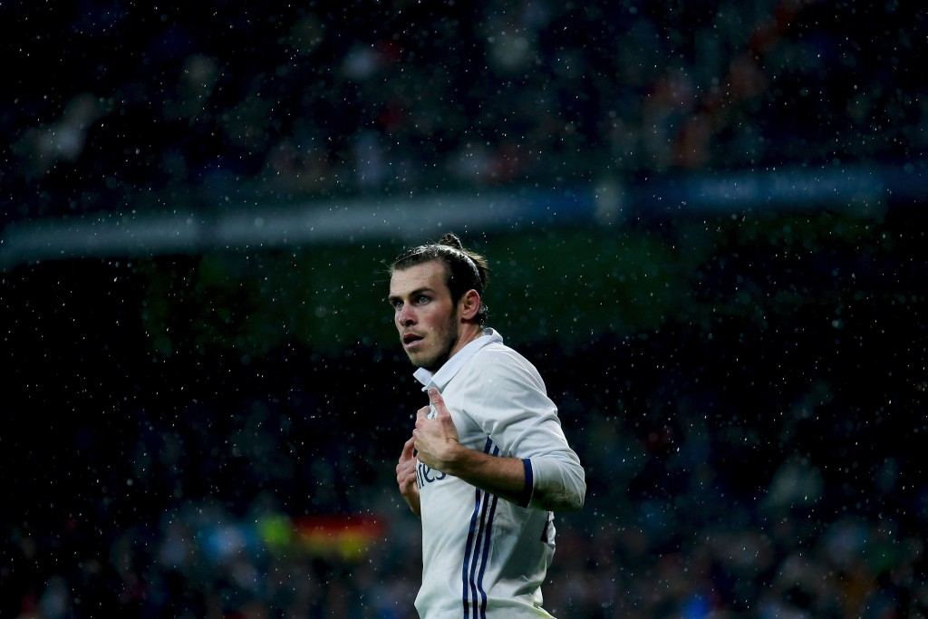 MADRID, SPAIN - OCTOBER 23: Gareth Bale of Real Madrid CF protests to the referee during the La Liga match between Real Madrid CF and Athletic Club de Bilbao at Estadio Santiago Bernabeu on October 23, 2016 in Madrid, Spain. (Photo by Gonzalo Arroyo Moreno/Getty Images)