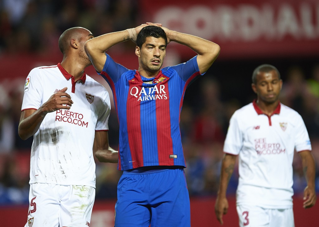 SEVILLE, SPAIN - NOVEMBER 06: Luis Suarez of FC Barcelona reacts during the match between Sevilla FC vs FC Barcelona as part of La Liga at Ramon Sanchez Pizjuan Stadium on November 6, 2016 in Seville, Spain. (Photo by Aitor Alcalde/Getty Images)