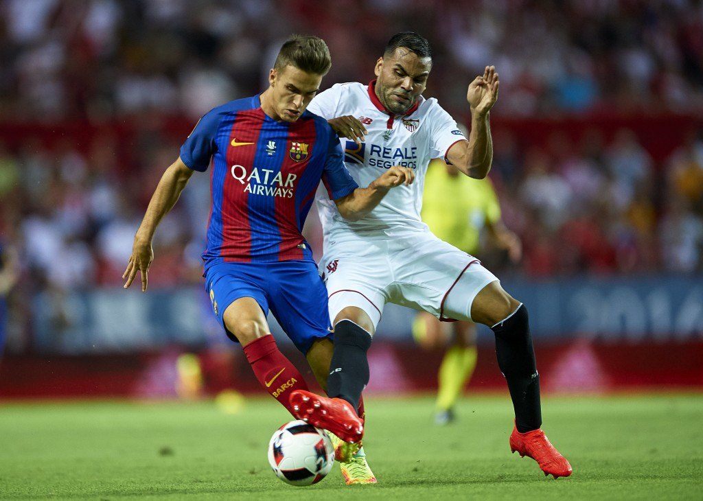 SEVILLE, SPAIN - AUGUST 14: Denis Suarez of FC Barcelona (L) is challenged by Gabriel Mercado of Sevilla FC (R) during the match between Sevilla FC vs FC Barcelona as part of the Spanish Super Cup Final 1st Leg at Estadio Ramon Sanchez Pizjuan on August 14, 2016 in Seville, Spain. (Photo by Aitor Alcalde/Getty Images)