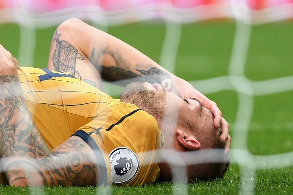 WEST BROMWICH, ENGLAND - OCTOBER 15: Toby Alderweireld of Tottenham Hotspur goes down injured and holding his head during the Premier League match between West Bromwich Albion and Tottenham Hotspur at The Hawthorns on October 15, 2016 in West Bromwich, England. (Photo by Michael Regan/Getty Images)
