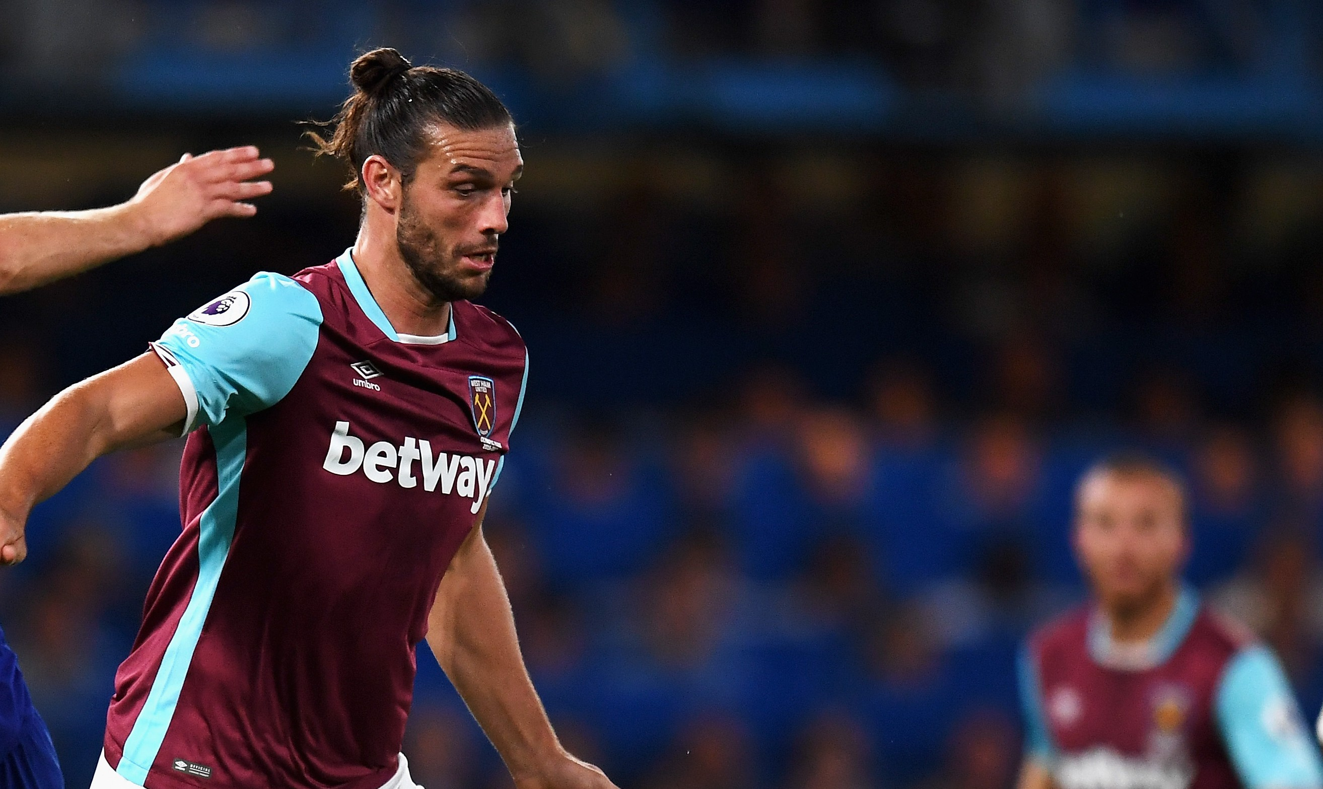 LONDON, ENGLAND - AUGUST 15: Gary Cahill of Chelsea challenges Andy Carroll of West Ham United during the Premier League match between Chelsea and West Ham United at Stamford Bridge on August 15, 2016 in London, England. (Photo by Mike Hewitt/Getty Images)