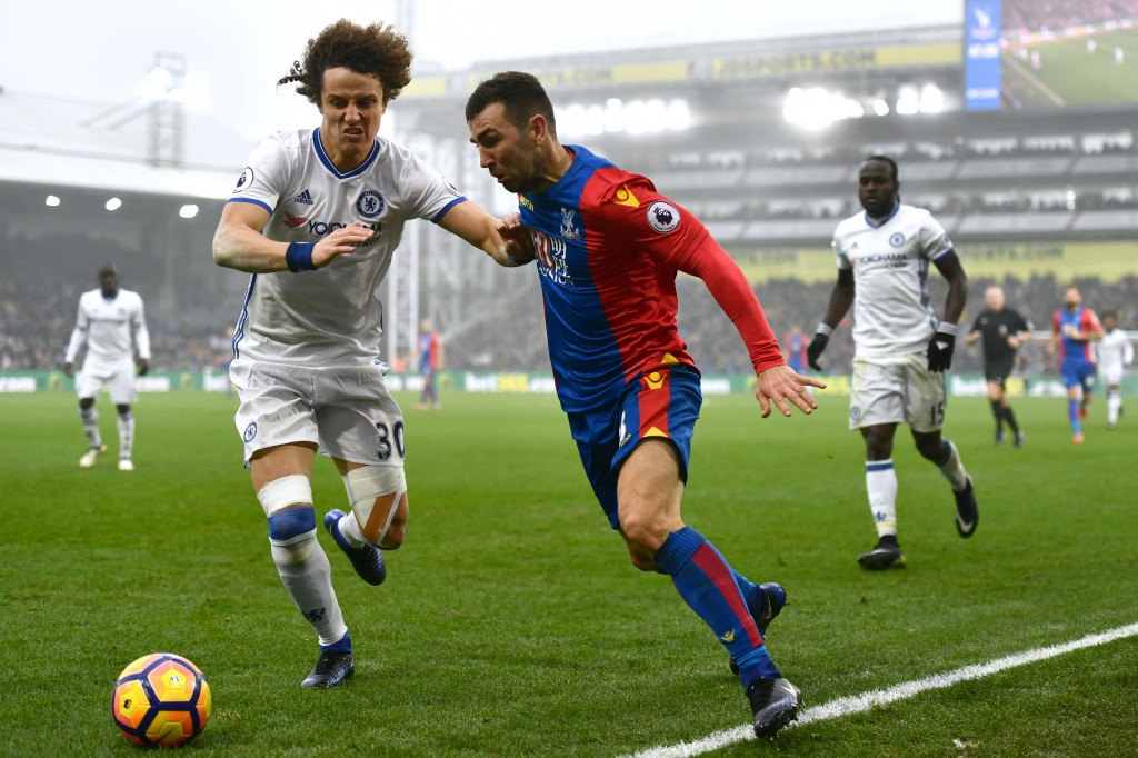 LONDON, ENGLAND - DECEMBER 17: David Luiz of Chelsea (L) and James McArthur of Crystal Palace (R) battle for possession during the Premier League match between Crystal Palace and Chelsea at Selhurst Park on December 17, 2016 in London, England. (Photo by Dan Mullan/Getty Images)