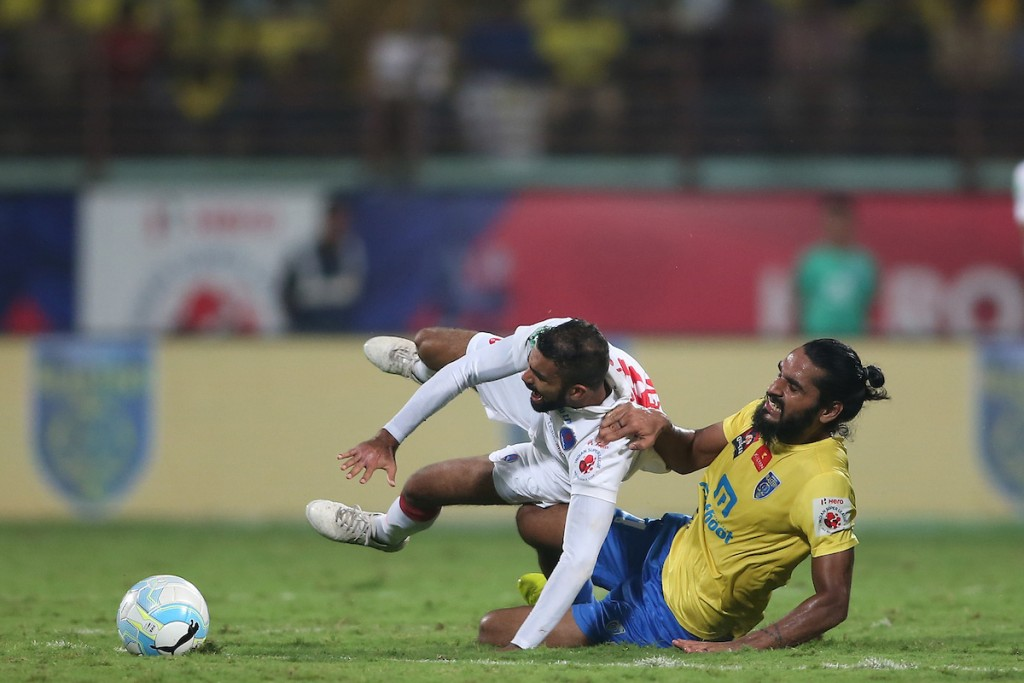 Kean Francis Lewis of Delhi Dynamos FC is found by Sandesh Jhingan of Kerala Blasters FC during the Semi-final 1st Leg match of the Indian Super League (ISL) season 3 between Kerala Blasters FC and Delhi Dynamos FC held at the Jawaharlal Nehru Stadium in Kochi, India on the 11th December 2016. Photo by Shaun Roy / ISL / SPORTZPICS