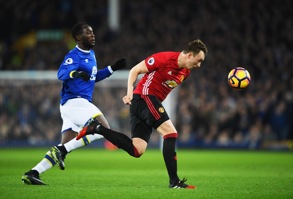 LIVERPOOL, ENGLAND - DECEMBER 04: Phil Jones of Manchester United beats Romelu Lukaku of Everton to the ball during the Premier League match between Everton and Manchester United at Goodison Park on December 4, 2016 in Liverpool, England. (Photo by Laurence Griffiths/Getty Images)