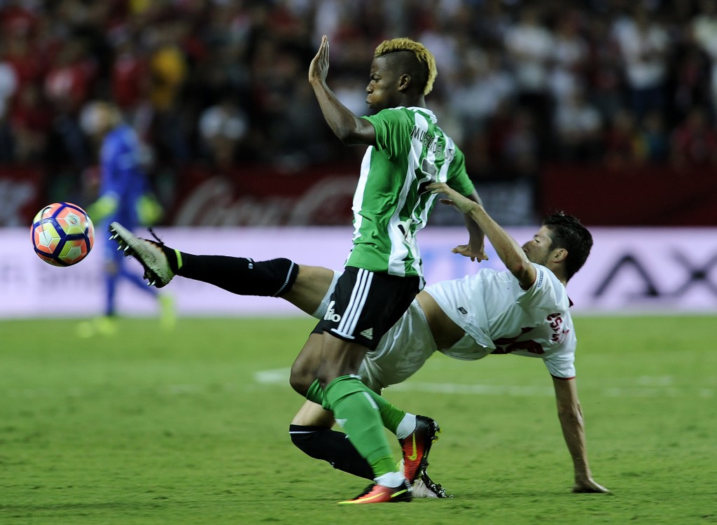 Sevilla's defender Sergio Escudero (R) vies with Betis' Belgian midfielder Charly Musonda during the Spanish league football match Sevilla FC vs Real Betis at the Ramon Sanchez Pizjuan stadium in Sevilla on September 20, 2016. / AFP / CRISTINA QUICLER (Photo credit should read CRISTINA QUICLER/AFP/Getty Images)
