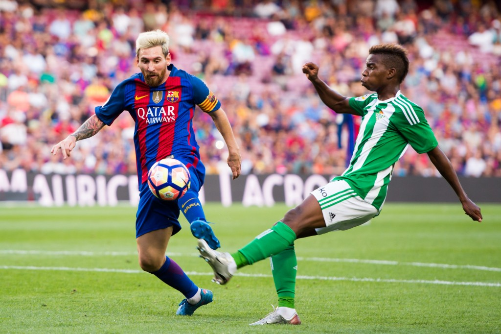 BARCELONA, SPAIN - AUGUST 20: Lionel Messi (L) of FC Barcelona controls the ball next to Charly Musonda of Real Betis Balompie during the La Liga match between FC Barcelona and Real Betis Balompie at Camp Nou on August 20, 2016 in Barcelona, Spain. (Photo by Alex Caparros/Getty Images)