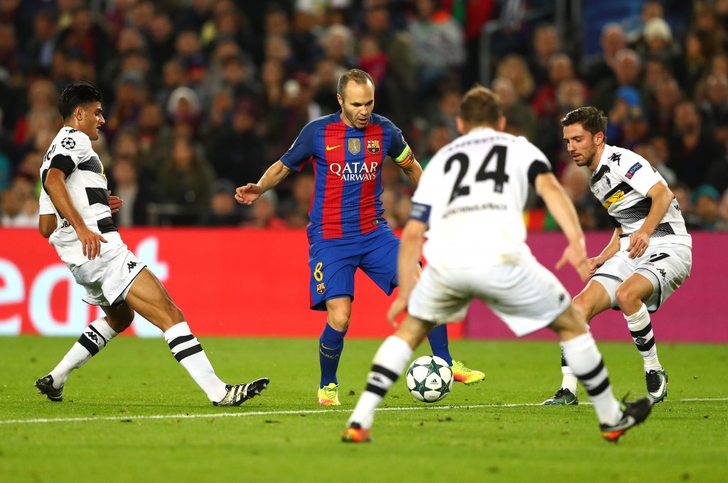 BARCELONA, SPAIN - DECEMBER 06: Andres Iniesta of Barcelona (C) attempts to take the ball through the Borussia Moenchengladbach defence during the UEFA Champions League Group C match between FC Barcelona and VfL Borussia Moenchengladbach at Camp Nou on December 6, 2016 in Barcelona, Spain. (Photo by Alex Grimm/Bongarts/Getty Images)