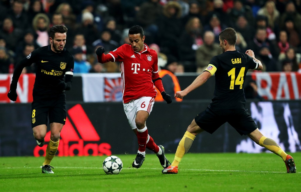 MUNICH, GERMANY - DECEMBER 06: Thiago (R) of Bayern and Saul Niguez of Atletico Madrid battle for the ball during the UEFA Champions League match between FC Bayern Muenchen and Club Atletico de Madrid at Allianz Arena on December 6, 2016 in Munich, Bavaria, Germany. (Photo by Maja Hitij/Bongarts/Getty Images)