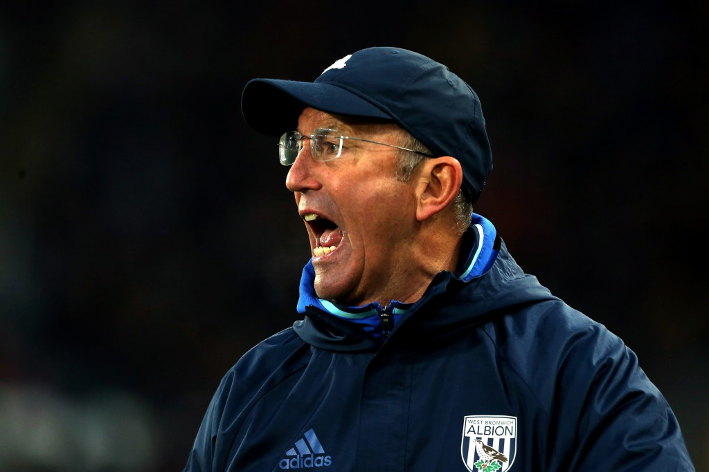 HULL, ENGLAND - NOVEMBER 26: Tony Pulis, Manager of West Bromwich Albion shouts during the Premier League match between Hull City and West Bromwich Albion at KCOM Stadium on November 26, 2016 in Hull, England. (Photo by Nigel Roddis/Getty Images)