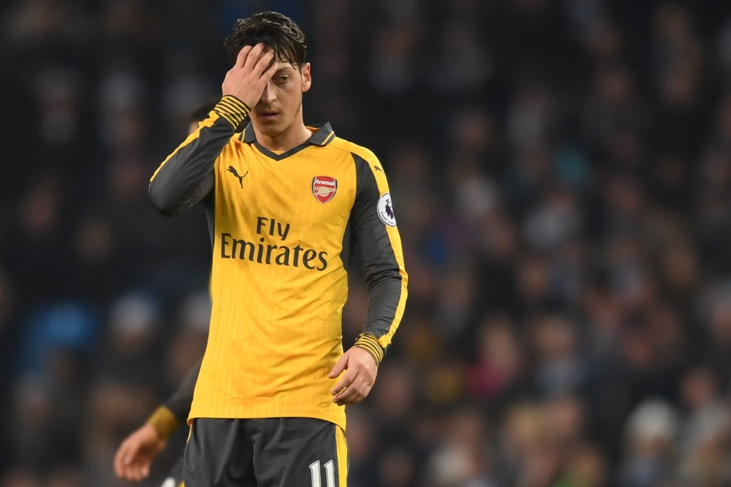 MANCHESTER, ENGLAND - DECEMBER 18: Mesut Ozil of Arsenal is dejected after the final whistle during the Premier League match between Manchester City and Arsenal at the Etihad Stadium on December 18, 2016 in Manchester, England. (Photo by Michael Regan/Getty Images)