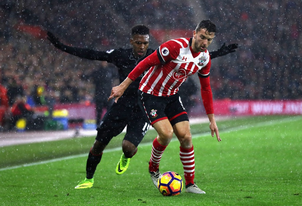 SOUTHAMPTON, ENGLAND - NOVEMBER 19: Daniel Sturridge of Liverpool (L) chases Jay Rodriguez of Southampton (R) during the Premier League match between Southampton and Liverpool at St Mary's Stadium on November 19, 2016 in Southampton, England. (Photo by Clive Rose/Getty Images)