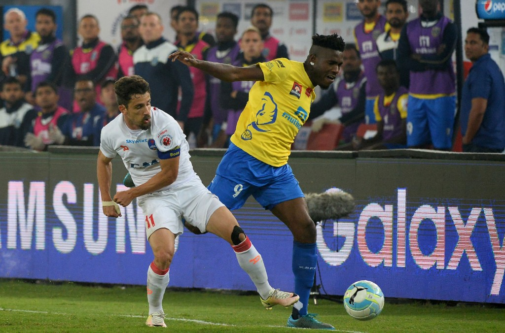 Delhi Dynamos FC forward Marcelo Leite Pereira (L) vies for the ball with Kerala Blasters FC forward Kervens Belfort during the second leg of the second semi-final of  Indian Super League (ISL) football match between Delhi Dynamos FC and Kerala Blasters FC at The Jawahar Lal Nehru Stadium in New Delhi on December 14, 2016.  ----IMAGE RESTRICTED TO EDITORIAL USE - STRICTLY NO COMMERCIAL USE----- / AFP / SAJJAD HUSSAIN        (Photo credit should read SAJJAD HUSSAIN/AFP/Getty Images)