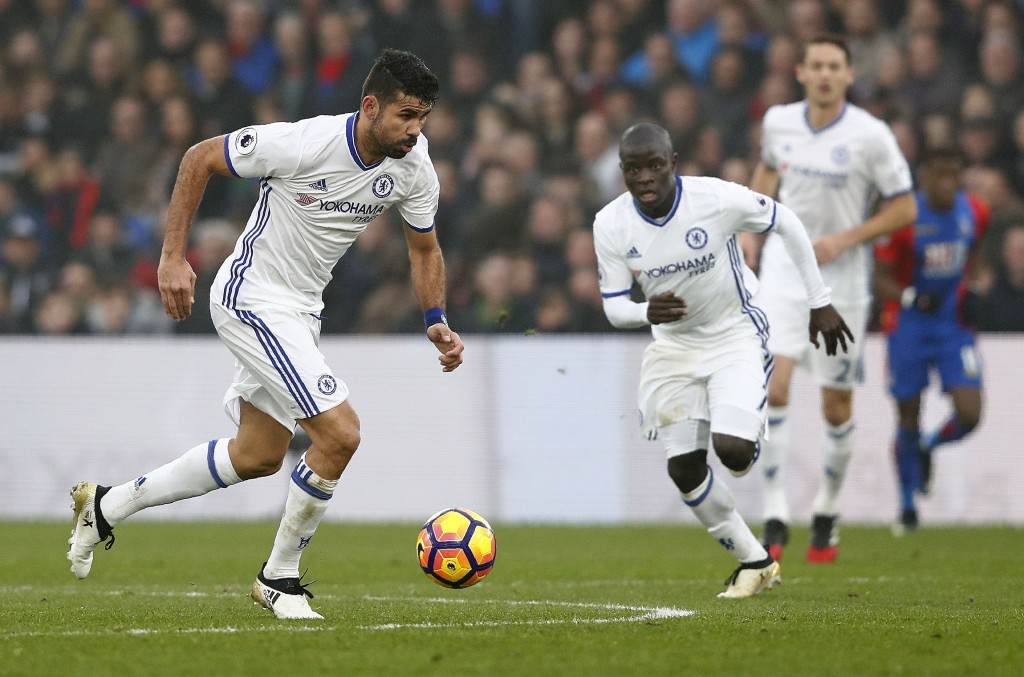 Chelsea's French midfielder N'Golo Kante (C) watches as Chelsea's Brazilian-born Spanish striker Diego Costa (L) runs with the ball during the English Premier League football match between Crystal Palace and Chelsea at Selhurst Park in south London on December 17, 2016. / AFP / Adrian DENNIS / RESTRICTED TO EDITORIAL USE. No use with unauthorized audio, video, data, fixture lists, club/league logos or 'live' services. Online in-match use limited to 75 images, no video emulation. No use in betting, games or single club/league/player publications.  /         (Photo credit should read ADRIAN DENNIS/AFP/Getty Images)