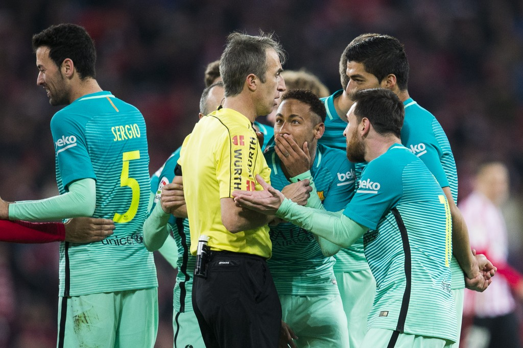 BILBAO, SPAIN - JANUARY 05: Neymar and Lionel Messi of FC Barcelona argues with referee Feranandez Borbalan during the Copa del Rey Round of 16 first leg match between Athletic Club and FC Barcelona at San Mames Stadium on January 5, 2017 in Bilbao, Spain. (Photo by Juan Manuel Serrano Arce/Getty Images)