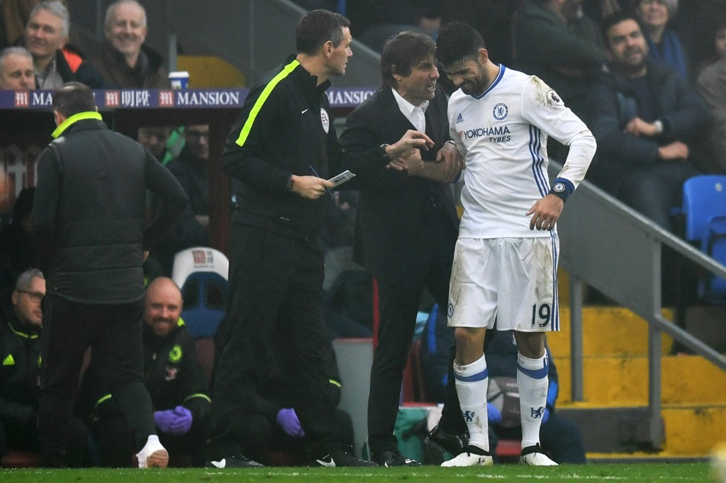LONDON, ENGLAND - DECEMBER 17: Diego Costa of Chelsea (R) celebrates scoring his sides first goal with Antonio Conte, Manager of Chelsea (L) during the Premier League match between Crystal Palace and Chelsea at Selhurst Park on December 17, 2016 in London, England. (Photo by Dan Mullan/Getty Images)