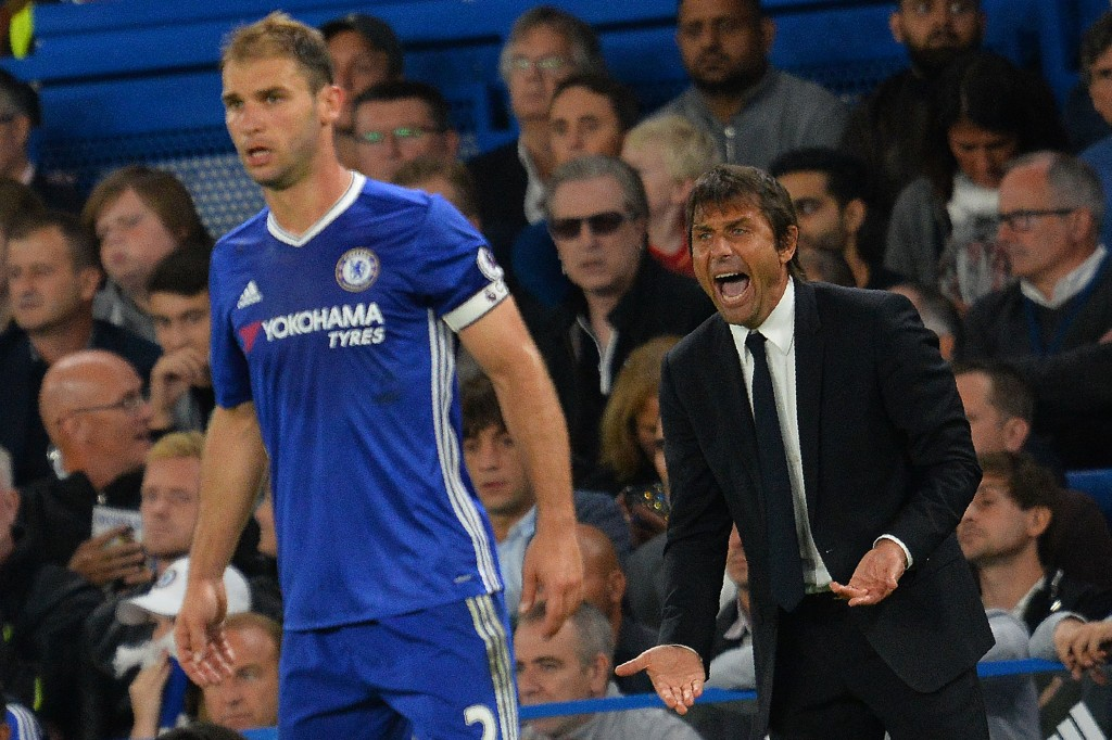 Chelsea's Italian head coach Antonio Conte (R) shouts at Chelsea's Serbian defender Branislav Ivanovic during the English Premier League football match between Chelsea and Liverpool at Stamford Bridge in London on September 16, 2016. / AFP / GLYN KIRK / RESTRICTED TO EDITORIAL USE. No use with unauthorized audio, video, data, fixture lists, club/league logos or 'live' services. Online in-match use limited to 75 images, no video emulation. No use in betting, games or single club/league/player publications. / (Photo credit should read GLYN KIRK/AFP/Getty Images)