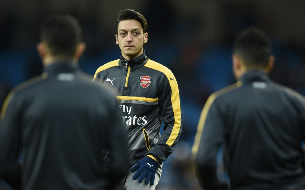 Arsenal's German midfielder Mesut Ozil warms up ahead of the English Premier League football match between Manchester City and Arsenal at the Etihad Stadium in Manchester, north west England, on December 18, 2016. (Photo by Oli Scarff/AFP/Getty Images)