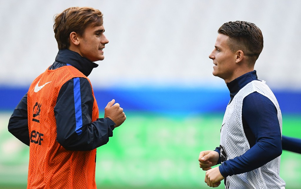 France's forward Antoine Griezmann (L) and forward Kevin Gameiro participate in a training session at the Stade de France stadium in Saint-Denis, north of Paris, on October 6, 2016, on the eve of the of the FIFA World Cup 2018 qualifying football match against Bulgaria. / AFP / FRANCK FIFE (Photo credit should read FRANCK FIFE/AFP/Getty Images)