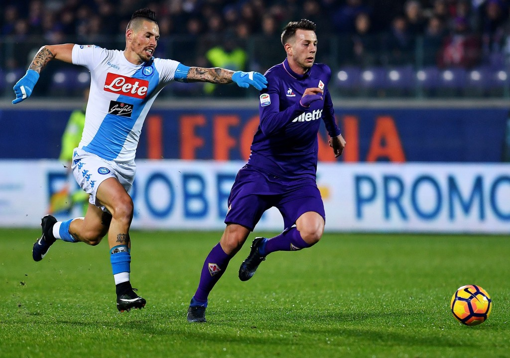 Napoli's Slovakian midfielder Marek Hamsik (L) vies for the ball with Fiorentina's Italian forward Federico Bernardeschi during the Italian Serie A football match between Fiorentina and Napoli on December 22, 201,6 at Artemio Franchi stadium in Florence. / AFP / ALBERTO PIZZOLI (Photo credit should read ALBERTO PIZZOLI/AFP/Getty Images)