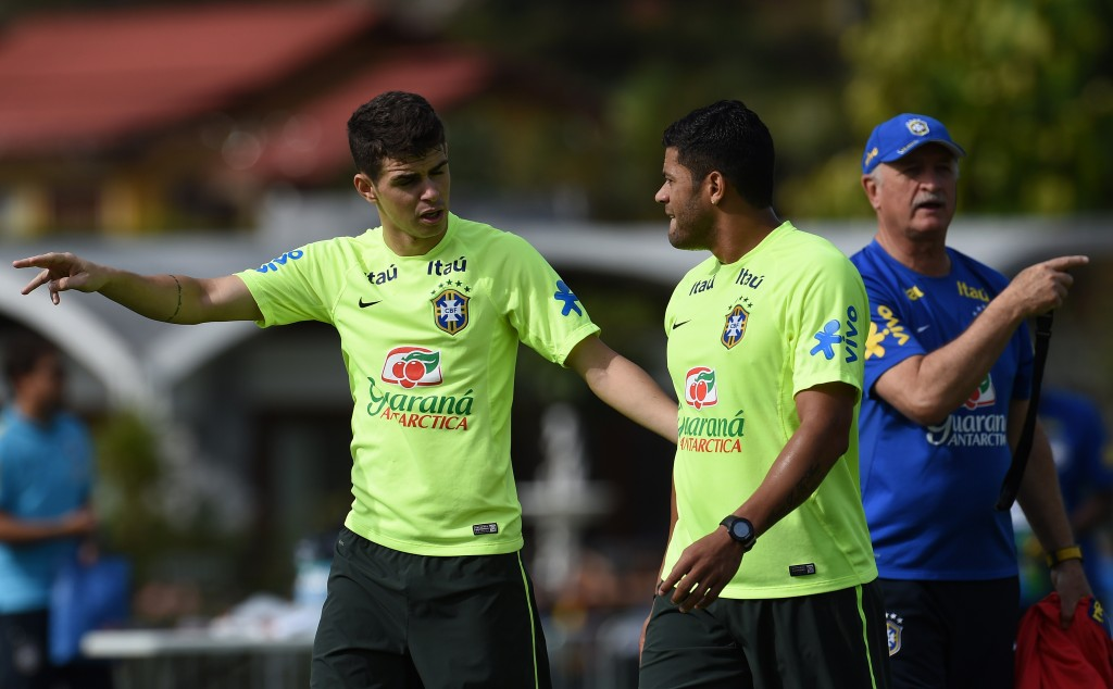 (L to R) Brazil's midfielder Oscar, forward Hulk and coach Luiz Felipe Scolari, take part in a training session at the Granja Comary training complex in Teresopolis, on June 26, 2014, during the 2014 FIFA World Cup in Brazil. AFP PHOTO / VANDERLEI ALMEIDA (Photo credit should read VANDERLEI ALMEIDA/AFP/Getty Images)