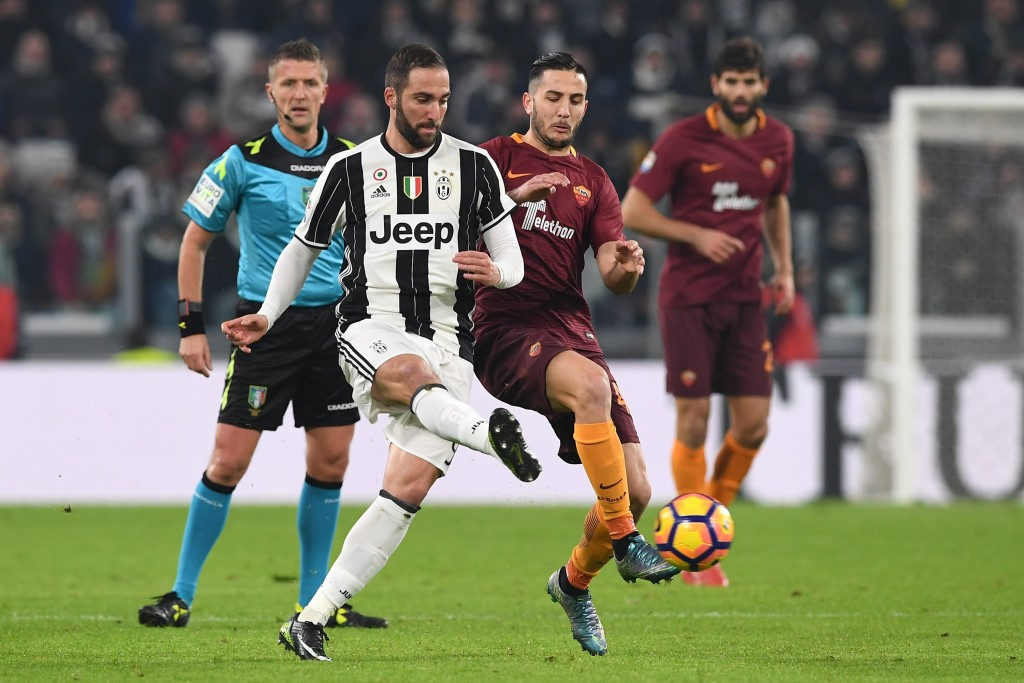 TURIN, ITALY - DECEMBER 17: Gonzalo Higuain (L) of Juventus FC is challenged by Konstantinos Manolas of AS Roma during the Serie A match between Juventus FC and AS Roma at Juventus Stadium on December 17, 2016 in Turin, Italy. (Photo by Valerio Pennicino/Getty Images)