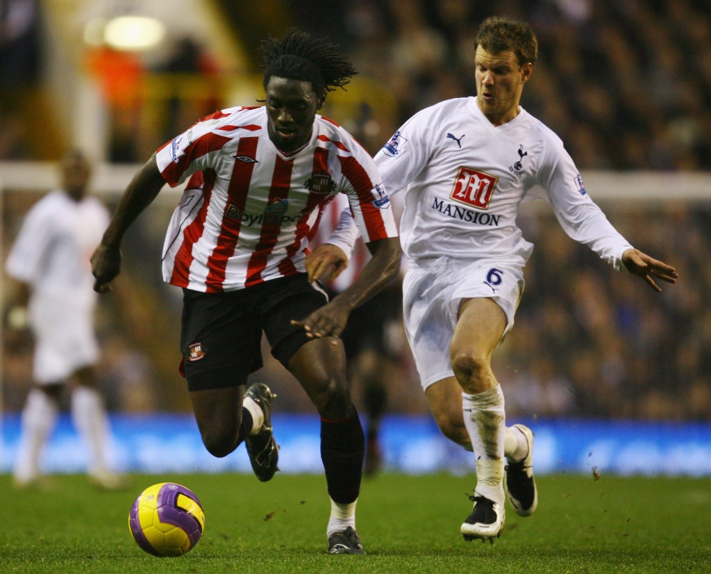 LONDON - JANUARY 19: Kenwyne Jones (L) of Sunderland holds off the challenge of Teemu Tainio (R) of Tottenham Hotspur during the Barclays Premier League match between Tottenham Hotspur and Sunderland at White Hart Lane on January 19, 2008 in London, England. (Photo by Shaun Botterill/Getty Images)