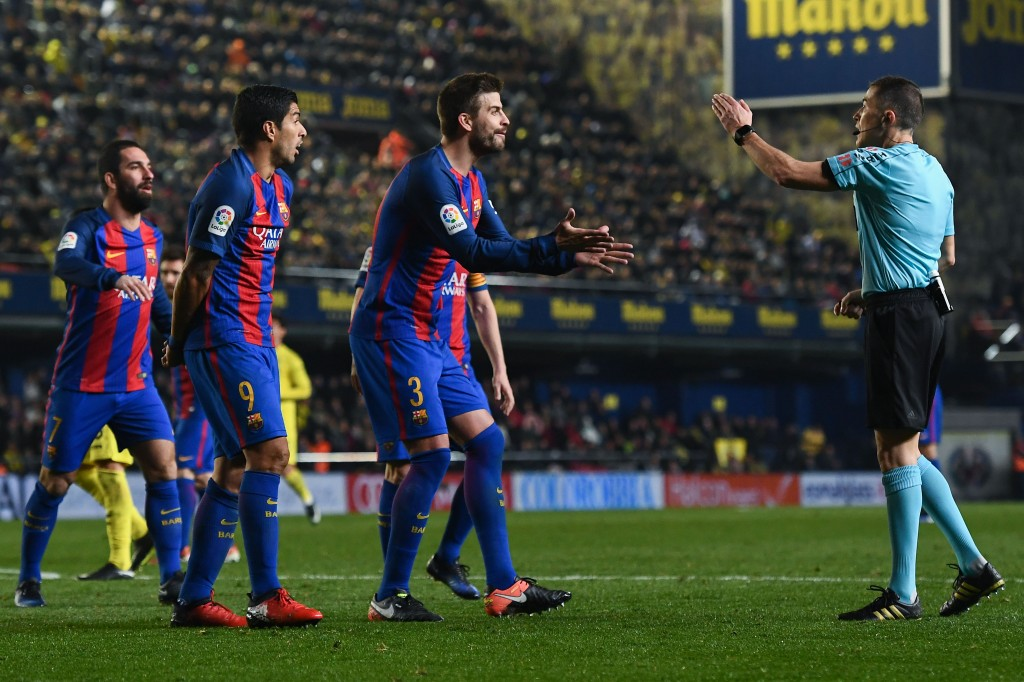 VILLARREAL, SPAIN - JANUARY 08: Luis Suarez (L) and Gerard Pique of FC Barcelona argue with the referee Ignacio Iglesias Villanueva during the La Liga match between Villarreal CF and FC Barcelona at Estadio de la Ceramica stadium on January 8, 2017 in Villarreal, Spain. (Photo by David Ramos/Getty Images)
