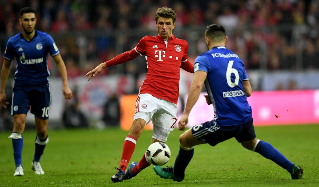 MUNICH, GERMANY - FEBRUARY 04: Thomas Mueller (L) of Muenchen and Sead Kolasinac of Schalke battle for the ball during the Bundesliga match between Bayern Muenchen and FC Schalke 04 at Allianz Arena on February 4, 2017 in Munich, Germany. (Photo by Lennart Preiss/Bongarts/Getty Images)