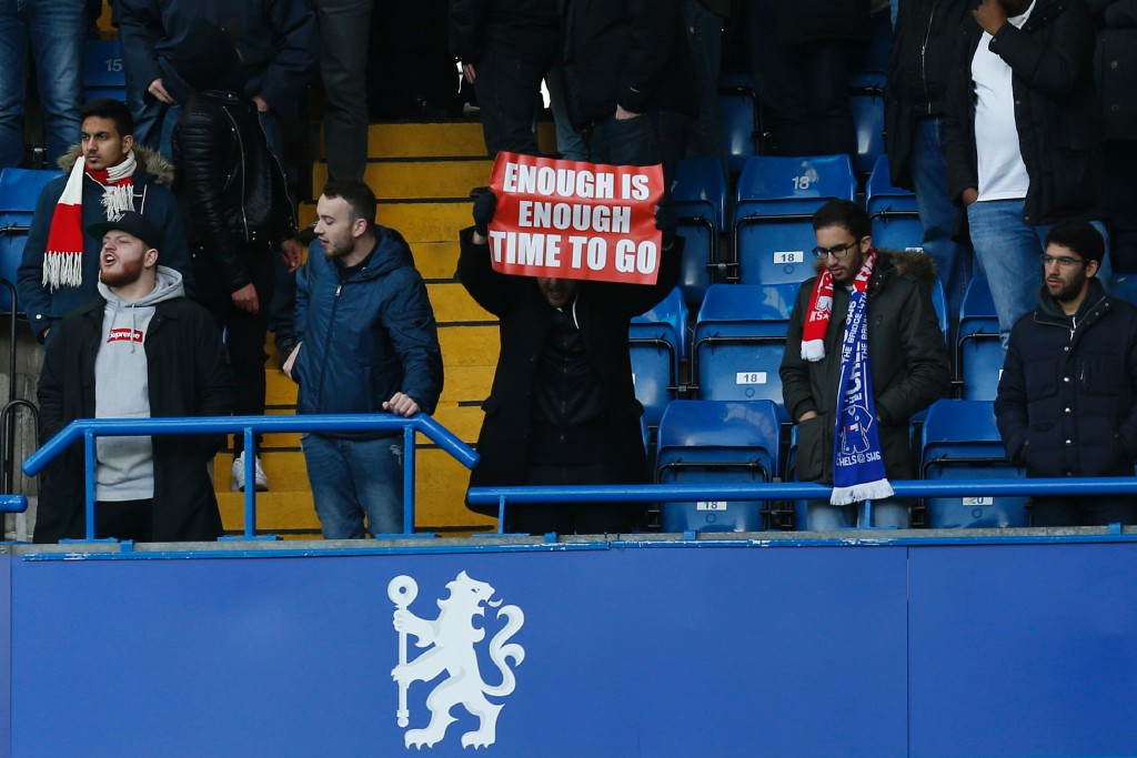 An Arsenal fan holds up a banner calling on Arsenal's French manager Arsene Wenger to quit during the English Premier League football match between Chelsea and Arsenal at Stamford Bridge in London on February 4, 2017. / AFP / Ian KINGTON / RESTRICTED TO EDITORIAL USE. No use with unauthorized audio, video, data, fixture lists, club/league logos or 'live' services. Online in-match use limited to 75 images, no video emulation. No use in betting, games or single club/league/player publications. / (Photo credit should read IAN KINGTON/AFP/Getty Images)