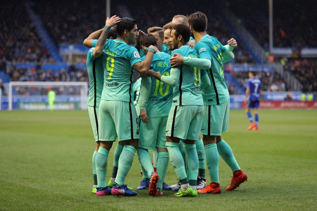 Barcelona's Uruguayan forward Luis Suarez (L) celebrates a goal with teammates during the Spanish league football match Deportivo Alaves vs FC Barcelona at the Mendizorroza stadium in Vitoria on Feburary 11, 2017. / AFP / CESAR MANSO (Photo credit should read CESAR MANSO/AFP/Getty Images)