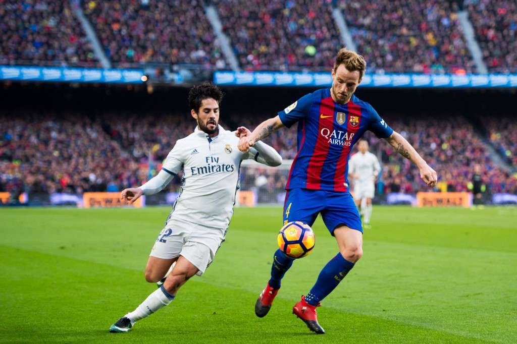 BARCELONA, SPAIN - DECEMBER 03: Francisco Alarcon 'Isco' (L) of Real Madrid CF and Ivan Rakitic (R) of FC Barcelona compete for the ball during the La Liga match between FC Barcelona and Real Madrid CF at Camp Nou stadium on December 3, 2016 in Barcelona, Spain. (Photo by Alex Caparros/Getty Images)