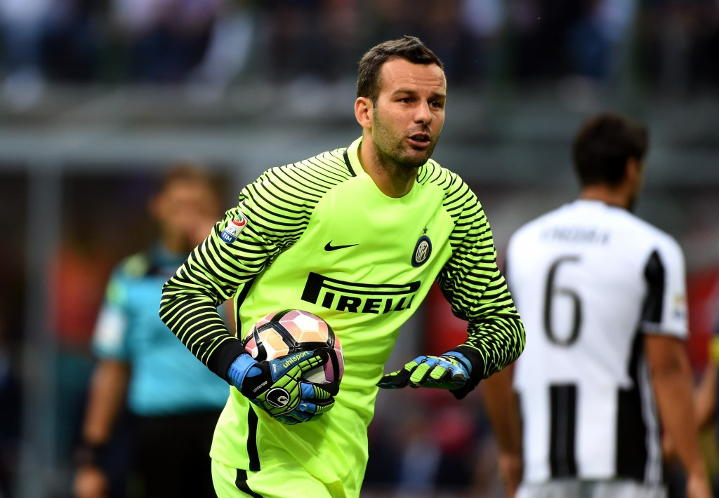 MILAN, ITALY - SEPTEMBER 18: Goalkeeper of FC Internazionale Samir Handanovic gestures during the Serie A match between FC Internazionale and Juventus FC at Stadio Giuseppe Meazza on September 18, 2016 in Milan, Italy. (Photo by Pier Marco Tacca - Inter/Inter via Getty Images)
