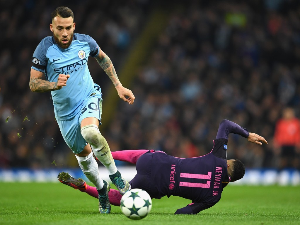 MANCHESTER, ENGLAND - NOVEMBER 01: Nicolas Otamendi of Manchester City holds off Neymar of Barcelona during the UEFA Champions League Group C match between Manchester City FC and FC Barcelona at Etihad Stadium on November 1, 2016 in Manchester, England. (Photo by Laurence Griffiths/Getty Images)