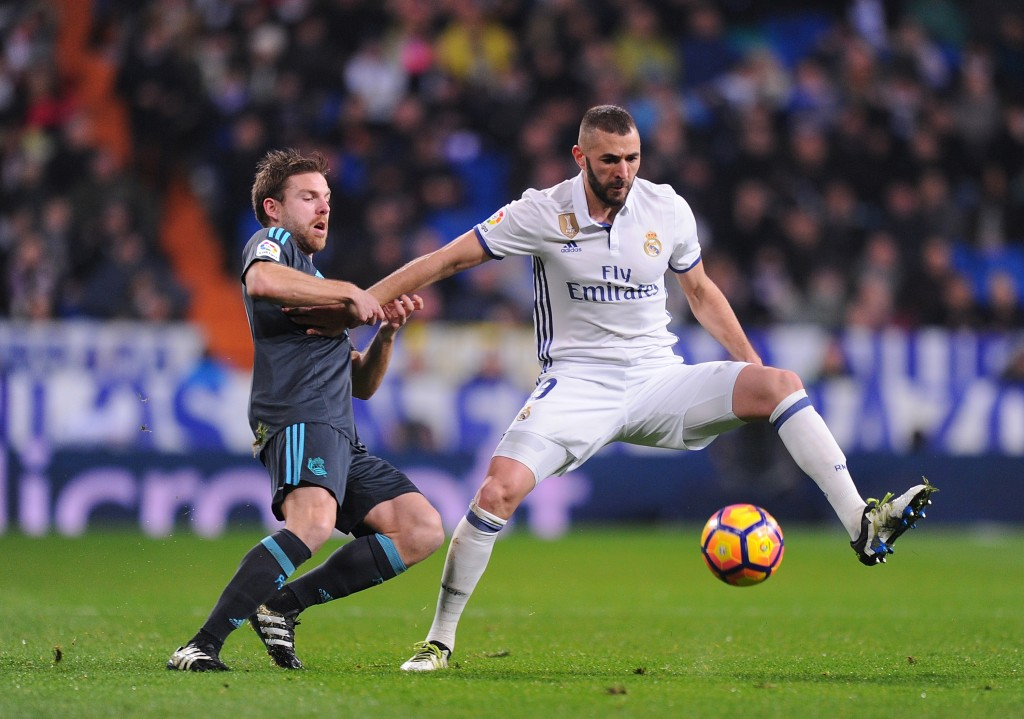 MADRID, SPAIN - JANUARY 29: Karim Benzema of Real Madrid is tackled by Asier Illarramend of Real Sociedad de Futbol during the La Liga match between Real Madrid CF and Real Sociedad de Futbol at the Bernabeu on January 29, 2017 in Madrid, Spain. (Photo by Denis Doyle/Getty Images)