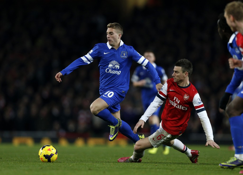 Everton's Spanish striker Gerard Deulofeu (C) vies for the ball against Arsenal's French defender Laurent Koscielny (R) during the Premier League football match at the Emirates Stadium in London on December 8, 2013. The game ended in a 1-1 draw. AFP PHOTO / ADRIAN DENNIS == RESTRICTED TO EDITORIAL USE. NO USE WITH UNAUTHORIZED AUDIO, VIDEO, DATA, FIXTURE LISTS, CLUB/LEAGUE LOGOS OR LIVE SERVICES. ONLINE IN-MATCH USE LIMITED TO 45 IMAGES, NO VIDEO EMULATION. NO USE IN BETTING, GAMES OR SINGLE CLUB/LEAGUE/PLAYER PUBLICATIONS == (Photo credit should read ADRIAN DENNIS/AFP/Getty Images)