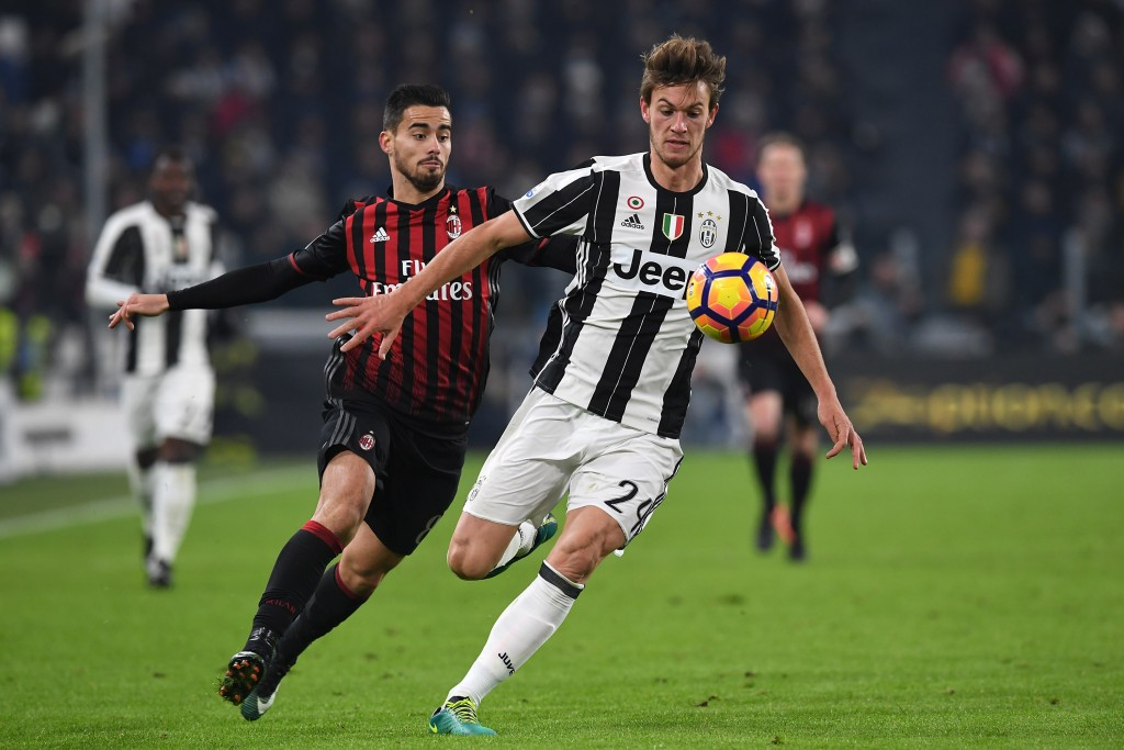 TURIN, ITALY - JANUARY 25: Daniele Rugani (R) of Juventus FC is challenged by Fernandez Suso of AC Milan during the TIM Cup match between Juventus FC and AC Milan at Juventus Stadium on January 25, 2017 in Turin, Italy. (Photo by Valerio Pennicino/Getty Images)