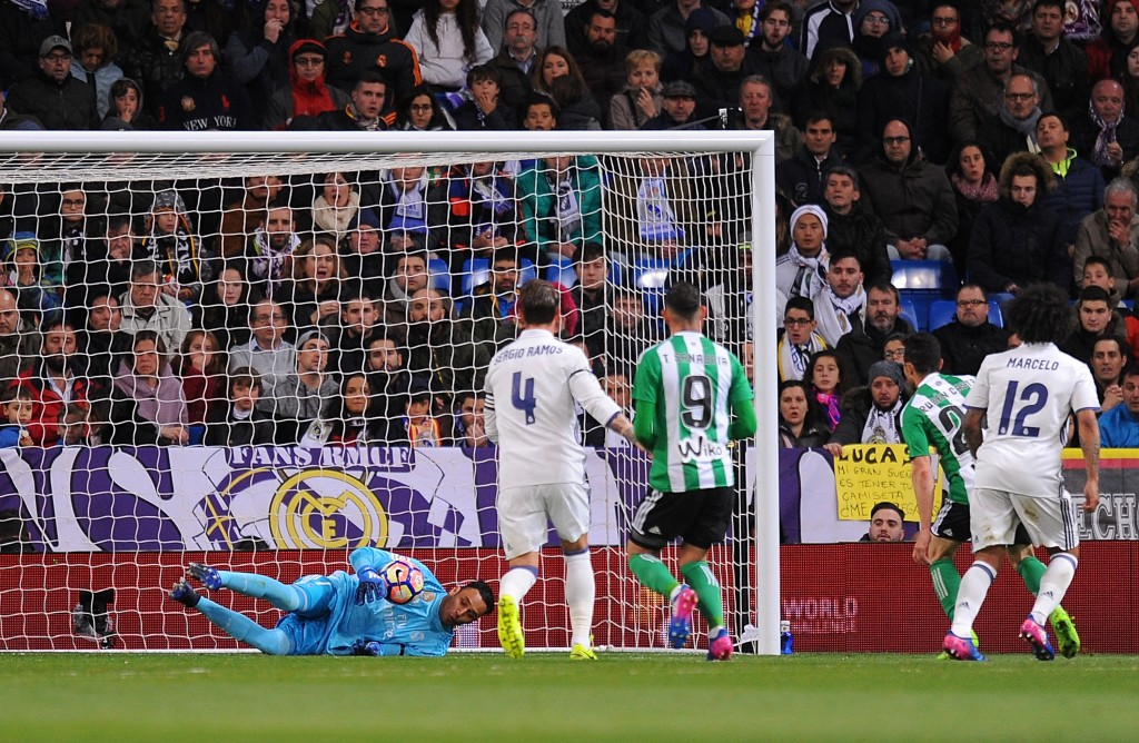 MADRID, SPAIN - MARCH 12: Keylor Navas of Real Madrid lets the ball slip through his hands for Real Betis to score their 1st goal during the La Liga match between Real Madrid CF and Real Betis Balompie at Estadio Santiago Bernabeu on March 12, 2017 in Madrid, Spain. (Photo by Denis Doyle/Getty Images)