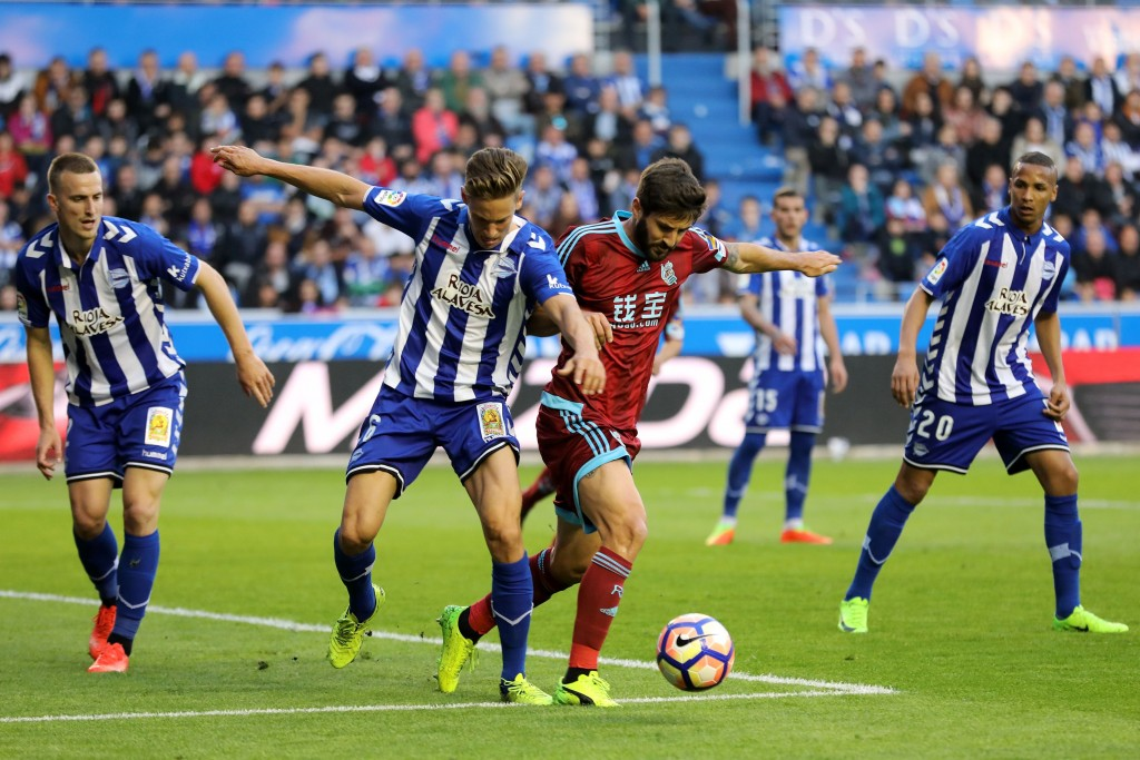 Deportivo Alaves' midfielder Marcos Llorente (CL) vies with Real Sociedad's defender Raul Navas (CR) during the Spanish league football match Deportivo Alaves vs Real Sociedad at the Mendizorroza stadium in Vitoria on March 18, 2017. / AFP PHOTO / CESAR MANSO (Photo credit should read CESAR MANSO/AFP/Getty Images)