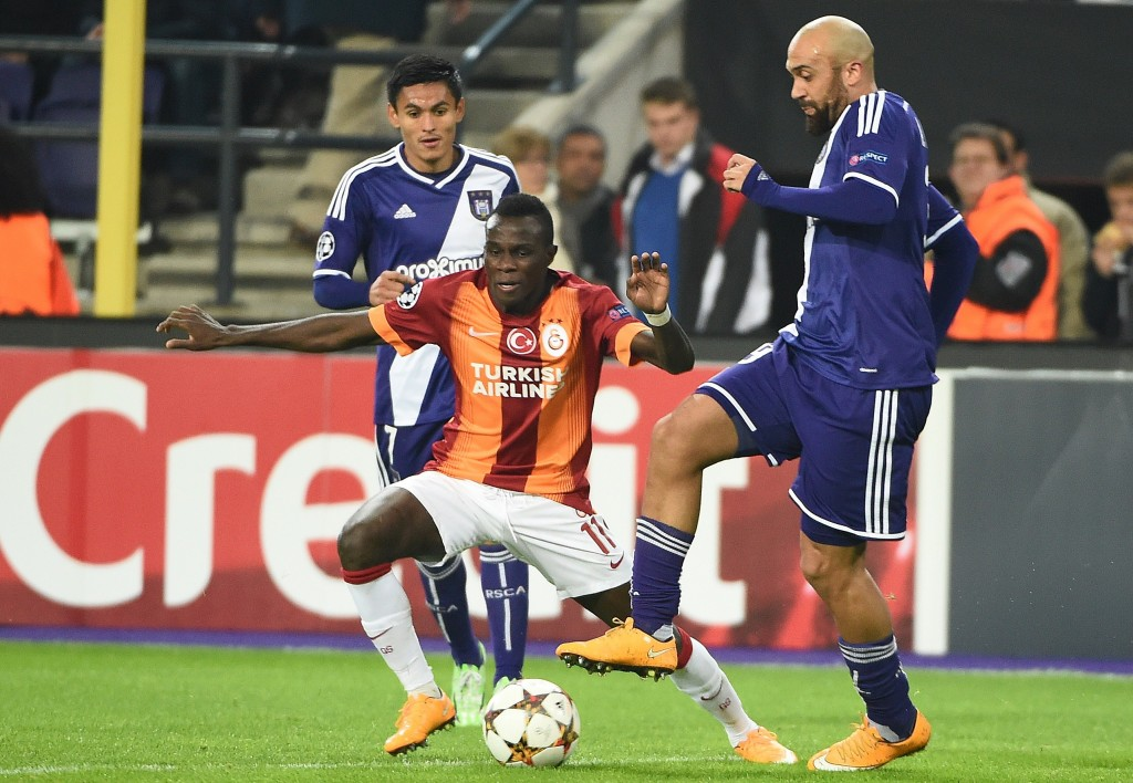 Galatasaray's forward from Portugal Armindo Bruma vies with Anderlecht's midfielder from Honduras Andy Najar (L) and Anderlecht's defender Anthony Vanden Borre during the UEFA Champions League football match between Anderlecht and Galatasaray in Brussels, November 26, 2014. AFP PHOTO/Emmanuel Dunand (Photo credit should read EMMANUEL DUNAND/AFP/Getty Images)