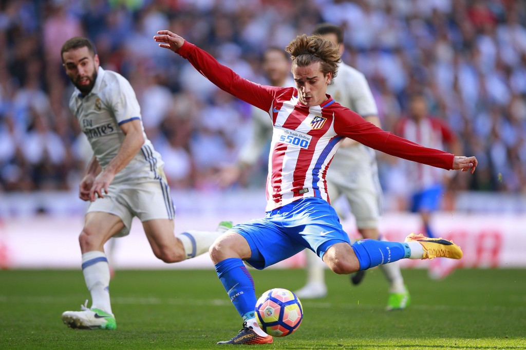 MADRID, SPAIN - APRIL 08: Antoine Griezmann of Atletico de Madrid scores their opening goal during the La Liga match between Real Madrid CF and Club Atletico de Madrid at Estadio Santiago Bernabeu on April 8, 2017 in Madrid, Spain. (Photo by Gonzalo Arroyo Moreno/Getty Images)