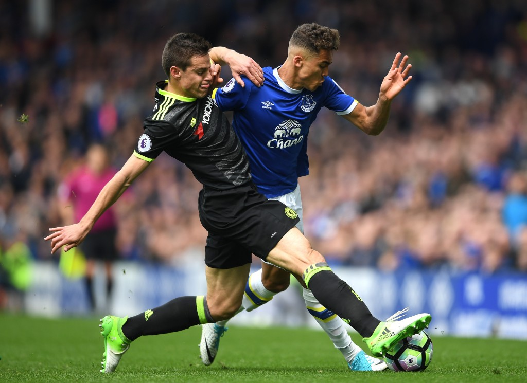 LIVERPOOL, ENGLAND - APRIL 30: Cesar Azpilicueta of Chelsea and Dominic Calvert-Lewin of Everton battle for possession during the Premier League match between Everton and Chelsea at Goodison Park on April 30, 2017 in Liverpool, England. (Photo by Laurence Griffiths/Getty Images)