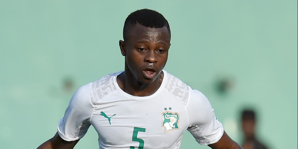 Ivory Coast's midfielder Jean-Michael Seri controls the ball during the 2017 Africa Cup of Nations Group I qualifying football match between Ivory Coast and Sudan, at the Felix Houphouet-Boigny stadium in Abidjan on March 25, 2016. / AFP / ISSOUF SANOGO (Photo credit should read ISSOUF SANOGO/AFP/Getty Images)
