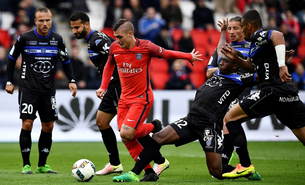 Bastia's Malian midfielder Abdoulaye Keita (R) vies with Paris Saint-Germain's Italian midfielder Marco Verratti (C) during the French L1 football match between Paris Saint-Germain and Bastia at the Parc des Princes stadium in Paris, on May 6, 2017. / AFP PHOTO / FRANCK FIFE (Photo credit should read FRANCK FIFE/AFP/Getty Images)