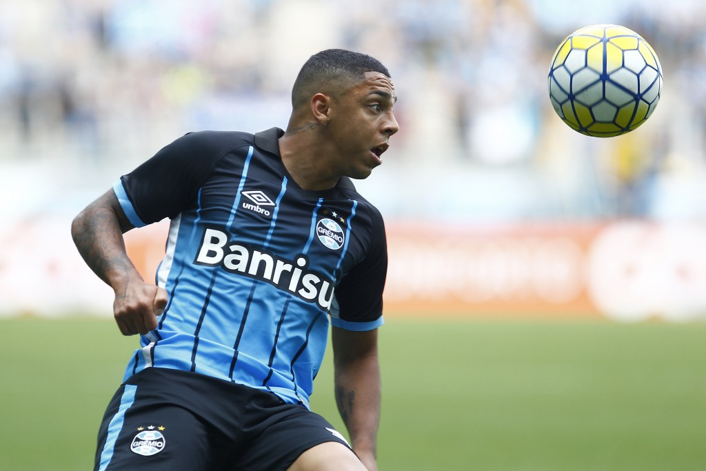 PORTO ALEGRE, BRAZIL - NOVEMBER 20: Wallace Oliveira of Gremio battles for the ball against Tony of America-MG during the match Gremio v America-MG as part of Brasileirao Series A 2016, at Arena do Gremio on November 20, 2016, in Porto Alegre, Brazil. (Photo by Lucas Uebel/Getty Images)